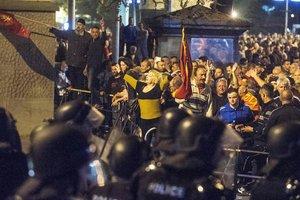 Спецназ Македонии разблокировал занятый демонстрантами парламент
