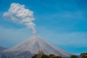 В Японии вулкан выбросил трехкилометровый столб пепла