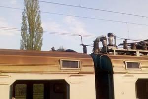В Киевской области на крыше электрички заживо сгорел зацепер