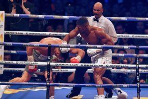 На момент остановки боя у одного из судей впереди был Кличко