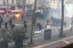 Огненное столкновение митингующих с полицией в Париже сняли на видео