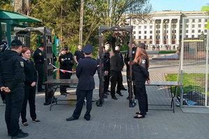 Полиция оцепила Куликово поле в Одессе: людей пропускают через металлодетекторы