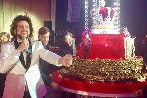 Юбилей Филиппа Киркорова: гостей угощали трехметровым тортом, а Алла Пугачева появилась в новом образе