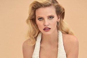 Блондинка Лара Стоун снялась в нижнем белье для Vogue