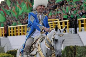 Видеошок: президент Туркменистана победил на скачках и выиграл внедорожник