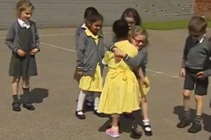Видеохит: реакция детей на 7-летнюю девочку с протезом на ноге