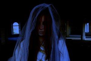 Жуткое видео: женщина-призрак поселилась на автостоянке