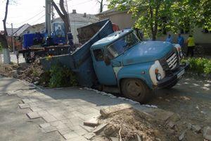 В Измаиле грузовик провалился под землю