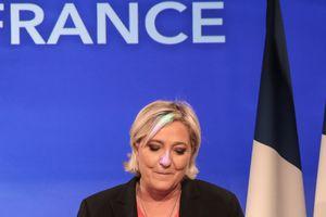 Ле Пен признала поражение на выборах и поздравила Макрона с победой