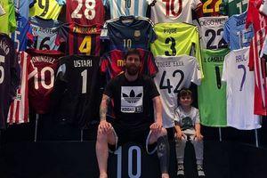 Лео Месси показал свое хранилище трофейных футболок соперников