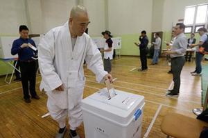 Больше половины избирателей Южной Кореи уже проголосовали на досрочных президентских выборах