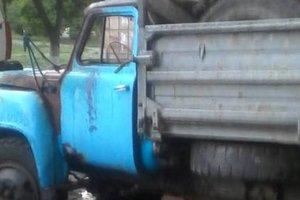 В Киеве возле жилого дома загорелся заброшенный грузовик