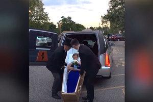 В США школьница приехала на выпускной бал в гробу
