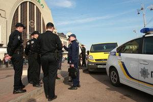 В Киеве на ж/д вокзале трое юных разбойников избили и ограбили мужчину