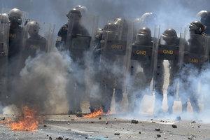 Манифестация в столице Венесуэлы попала под обстрел