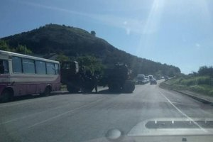 В Крыму военные на тягаче с танком протаранили автобус