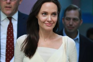 Бледная и худощавая Анджелина Джоли отметила День матери с сыном Паксом