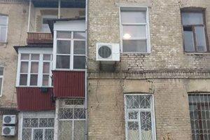 В центре Киева дом с трещинами облепили огромными балконами
