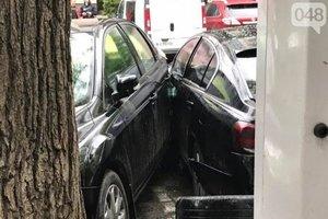 """В Одессе герой парковки """"разворотил"""" три дорогие машины"""