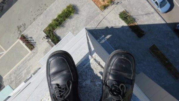 Парень хотел сбежать, но сорвался с высоты. Фото: 365info.kz