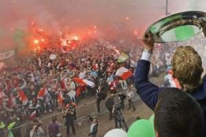 """Тысячи фанов празднуют чемпионство """"Фейеноорда"""" на улицах Роттердама"""