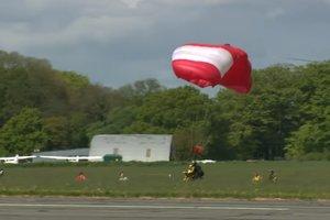 Старейшим парашютистом в мире стал 101-летний британец