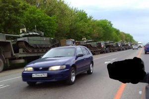 У границ с Украиной заметили колонну российских танков: опубликовано видео