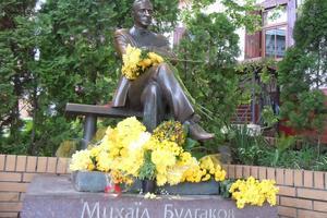 В Киеве отмечают день рождения Булгакова: чтения и желтые цветы