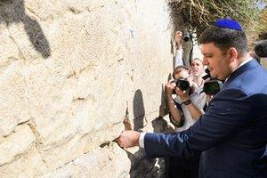 Гройсман оставил в Стене Плача записку с просьбой о мире в Украине