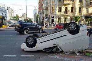 В центре Киева Toyota протаранила и перевернула на крышу кофемобиль