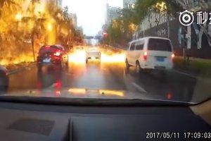 Огненный дождь в Китае засняла камера видеорегистратора
