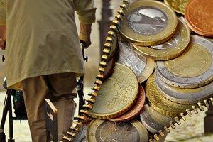 """Кому и когда повысят """"пенсионный налог"""" в Украине: почему платить придется больше"""