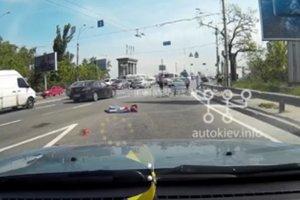 В сети появилось видео с места смертельного мото-ДТП в Киеве (18+)