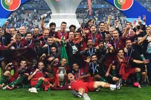 Вручение трофеев Лиги чемпионов и Лиги Европы возвращается на поле