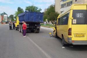 В Новомосковске маршрутка столкнулась с грузовиком: много пострадавших