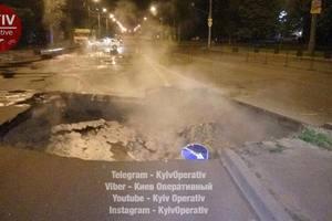 В Киеве на Героев Сталинграда из-за прорыва теплосети провалился асфальт