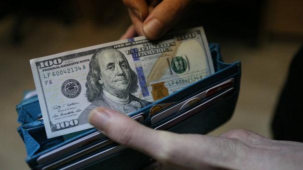 Доллар подешевел на66 копеек иупал ниже 57 руб.