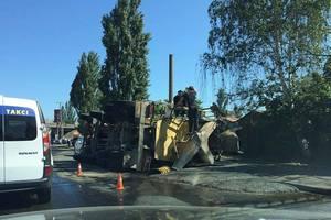 В Киеве в результате ДТП перевернулся КамАЗ