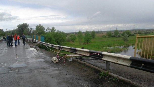 Под Харьковом обвалился мост через Северский Донец