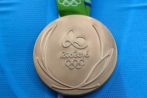 Призеры Олимпиады-2016 возвращают медали организаторам из-за дефектов