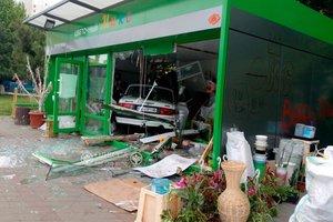 В Одессе автомобиль разгромил цветочный магазин