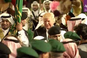 С мечами и под барабанный бой: Трамп станцевал с королем Саудовской Аравии