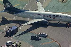 В аэропорту Лос-Анджелеса пассажирский самолет опрокинул грузовик