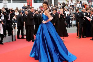 Модель с необычной внешностью блистала в Каннах в платье с высоким разрезом