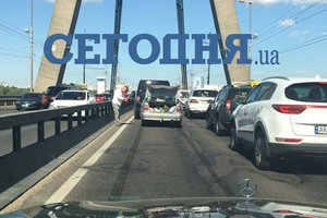 В Киеве – масштабное ДТП на Московском мосту, образовалась пробка