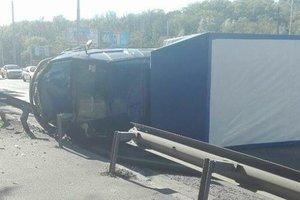В Киеве столкнулись несколько авто и грузовик