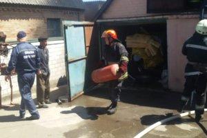 Под Киевом горел захламленный гараж с газовыми баллонами