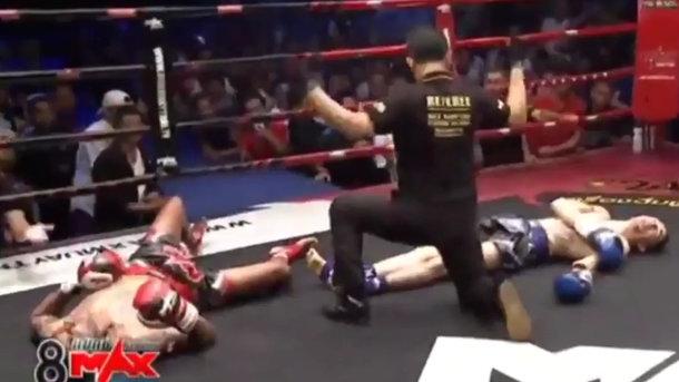 Боксеры одновременно отправили друг дружку внокдаун— Курьез года