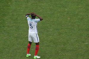 Игрок сборной Англии забил гол в свои ворота с центра поля