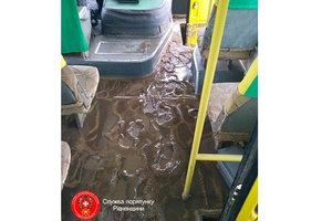 В Ровно ливень затопил автобус: пассажиры спасались, стоя на сиденьях